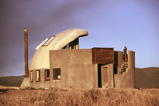 FIRST_EXPERIMENTAL_HOUSE_COMPLETED_NEAR_TAOS,_NEW_MEXICO_USING_EMPTY_STEEL_BEER_AND_SOFT_DRINK_CANS_-_NARA_-_556623