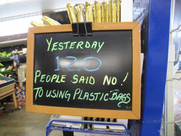 """chalkboard at grocery store that reads """"yesterday 120 people said no! to plastic bags"""""""