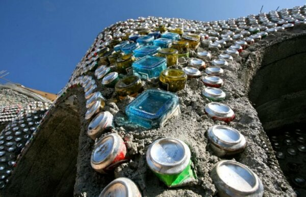 glass-bottle-walls-earthship-kristen